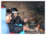 """Octobre 2012 : Exploration dans la cordillère Pariacaca -  Mayra et Jacky cuisinant dans une """"chosa"""" (maison d'alpage andine)  à l'abri de la neige !  Exploracion en la cordillera Pariacaca - Mayra y Jacky cocinando en la chosa, abrigadas de la nieve !"""