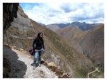 Octobre 2012 : Exploration dans la cordillère Pariacaca -  Mayra sur le sentier de Huaquis  Mayra en el sendero de Huaquis