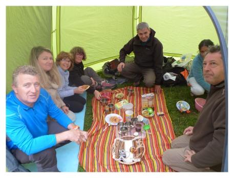 Déjeuner dans la tente mess à Miraflores