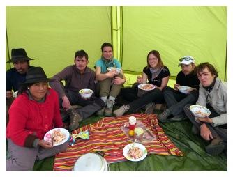Déjeuner dans la tente mess