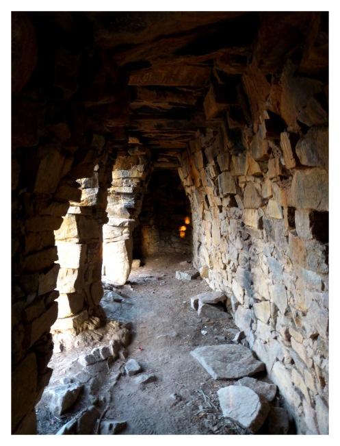 Sous l'arcade se cachent de nombreuses niches